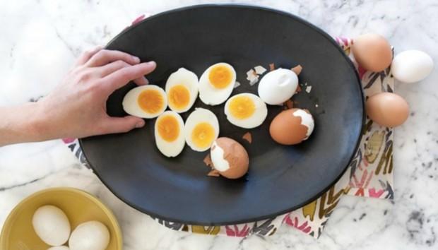 Μάθετε να Ξεφλουδίζετε τα Αυγά σας σε 5 Δευτερόλεπτα!