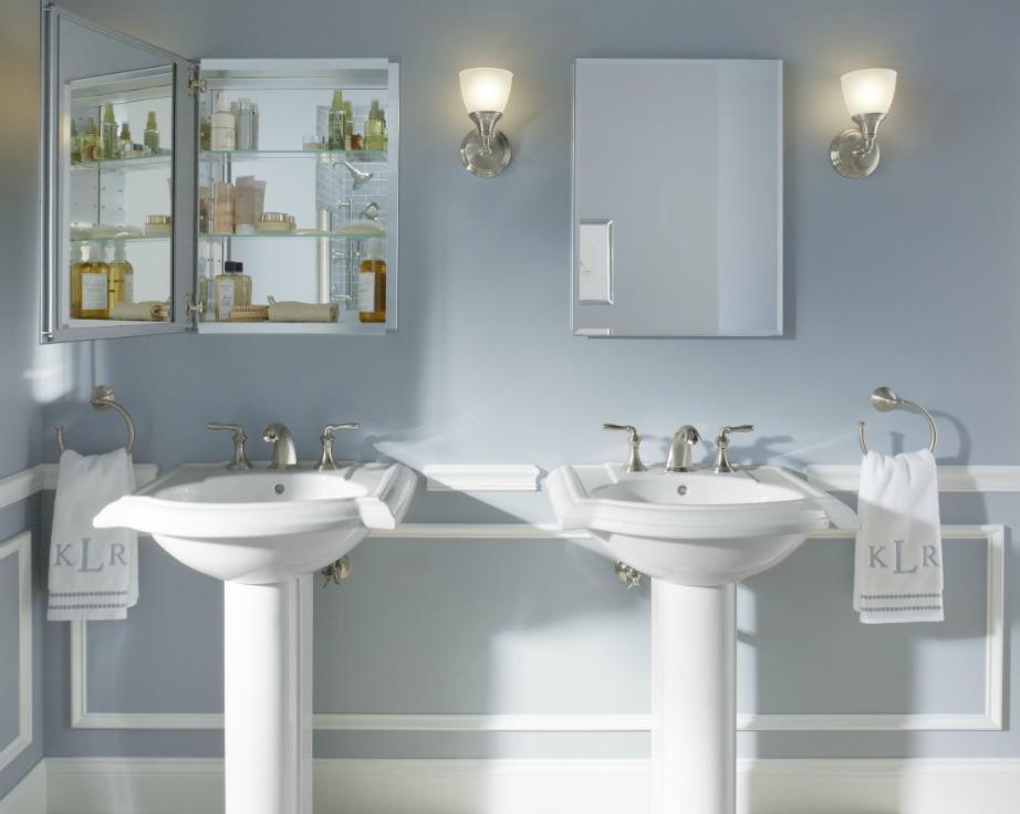 Τοποθετήστε περισσότερα ράφια στο μπάνιο για να έχει ο καθένας τον χώρο του.