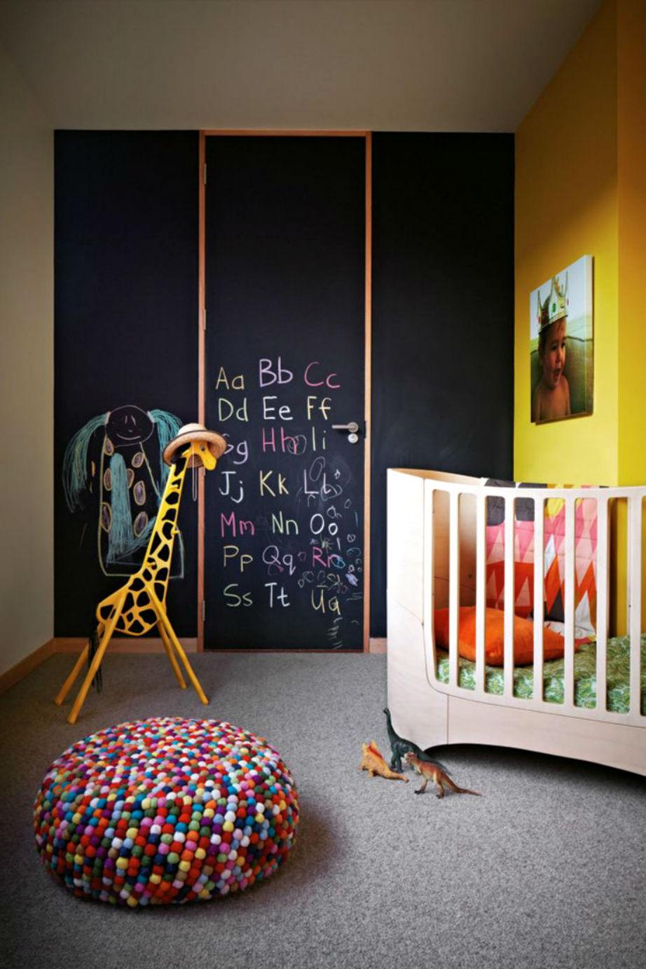 Συνδυασμένος με έντονα χρώματα, ο μαυροπίνακας είναι ιδανικός για ένα ξεχωριστό παιδικό υπνοδωμάτιο.