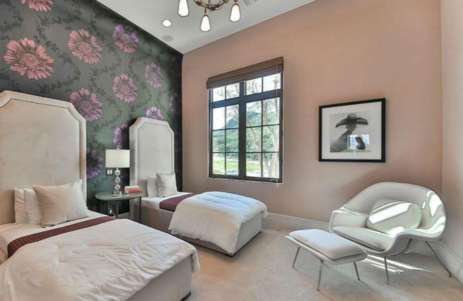 Ένα από τα πανέμορφα υπνοδωμάτια της έπαυλης.