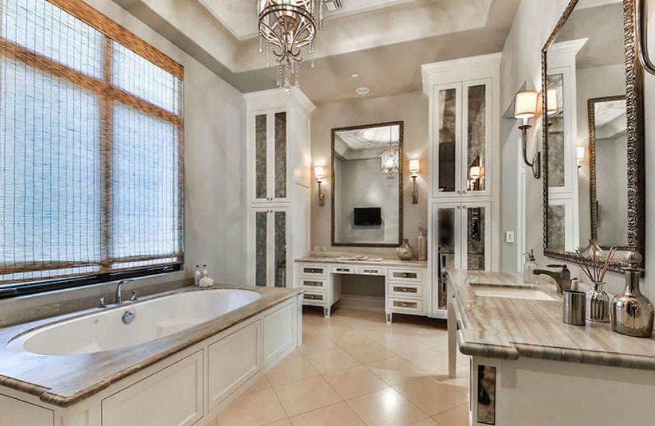 Το μεγαλειώδες μπάνιο του μάστερ υπνοδωματίου.