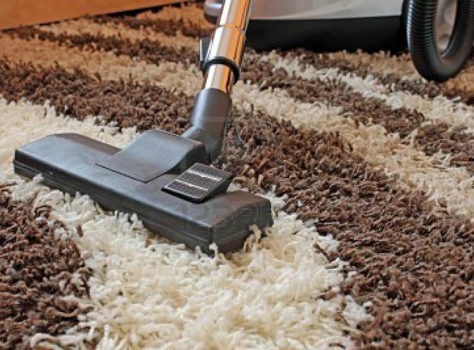 Το τακτικό σκούπισμα του χαλιού το συντηρεί πολύ πιο καθαρό μέχρι την ώρα του ετήσιου βαθύ καθαρισμού.