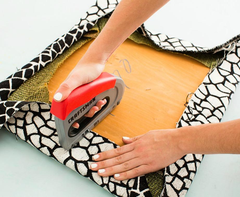 Αφού αφαιρέσετε το παλιό ύφασμα βάλτε το καινούριο και καρφώστε το με το καρφωτικό εργαλείο.