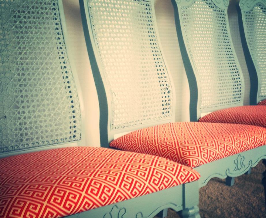Αρχικά επιλέξτε το είδος υφάσματος που θέλετε να βάλετε στην καρέκλα σας αλλά και το σχέδιο που θέλετε να έχει.