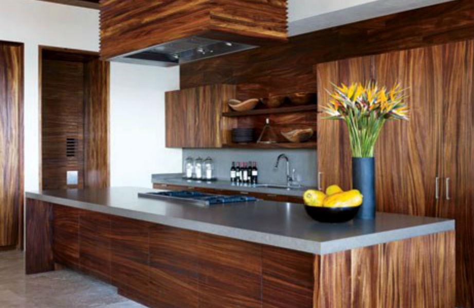 """Η κουζίνα είναι """"ντυμένη"""" με ξύλο."""