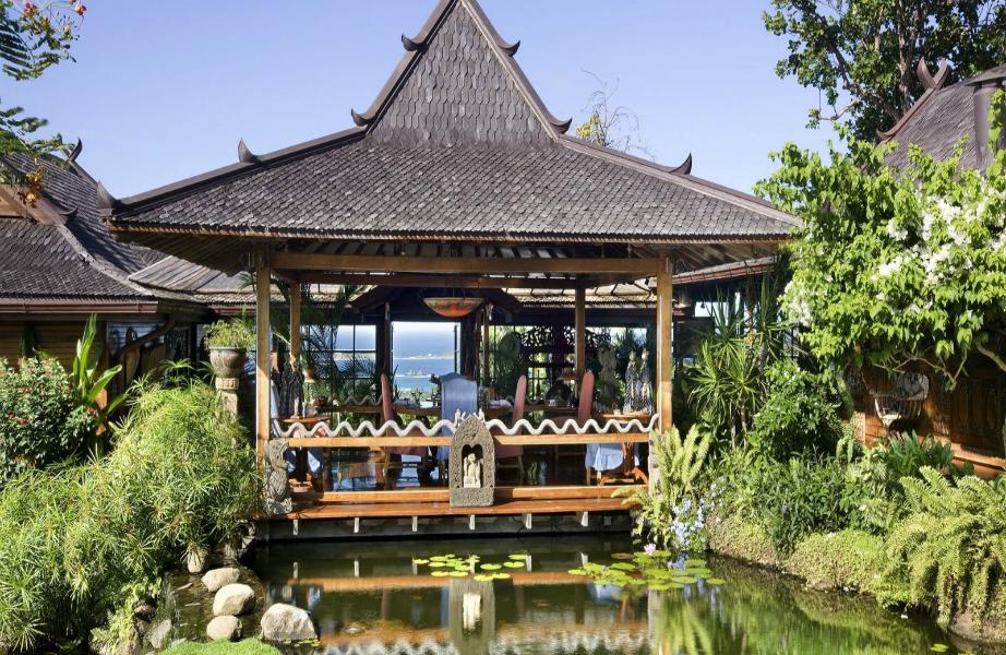Το εξοχικό διαθέτει μέχρι και λίμνη με ψάρια koi!