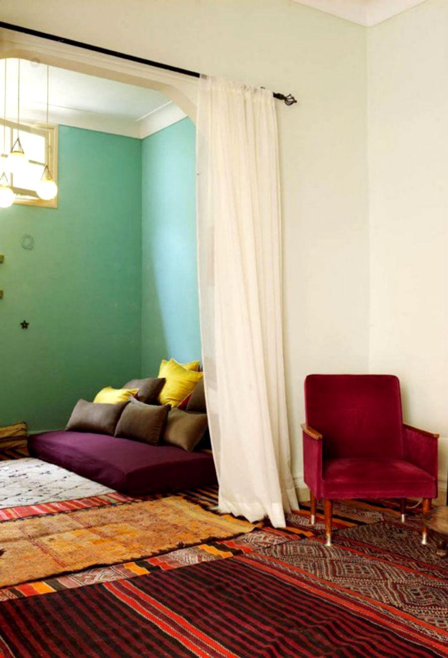 Είστε φαν του boho ή του έθνικ στολ; Ένα σάρι θα χωρίσει υπέροχα τους χώρους σας.