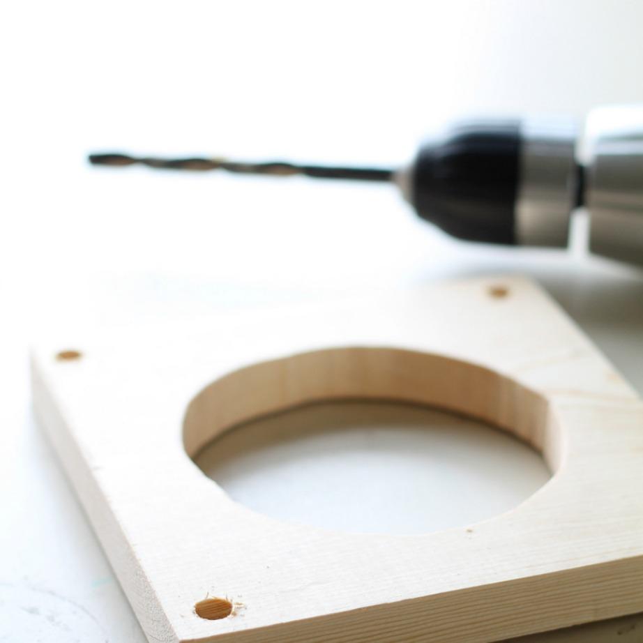 Πάρτε όσες ξύλινες πλάκες θέλετε και κάντε στη μέση τρύπες για να στερεώσετε τις γλάστρες σας.