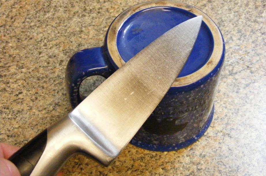 Γυρίστε ανάποδα μια κούπα για να ακονίσετε τα μαχαίρια σας.