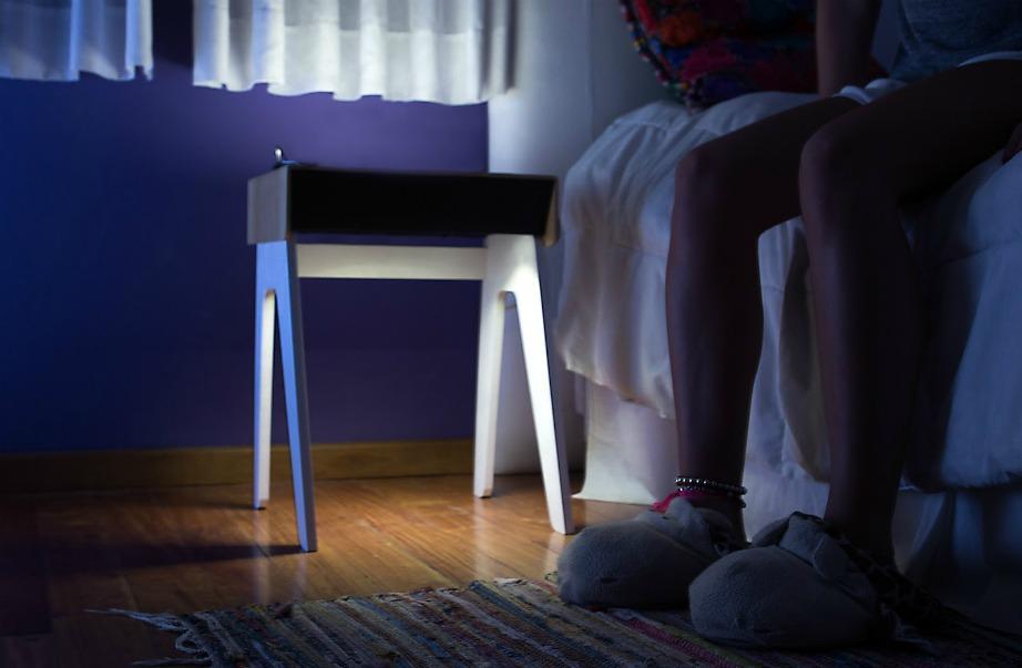 Ανιχνεύει την κίνησή σας κατά τ διάρκεια της νύχτας και αμέσως ανάβει το φως του για να μην πέσετε.