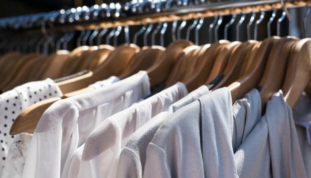 Ένα Πανέξυπνο Κόλπο για να μην Γλιστράνε τα Ρούχα σας από τις Κρεμάστρες!