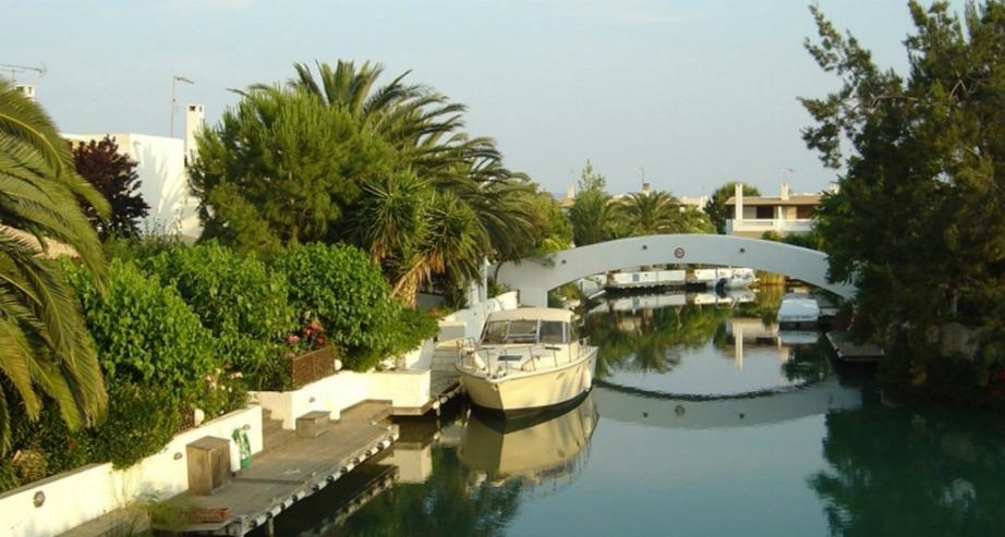 Διαθέτει κανάλια μήκους 3,5 χιλιομέτρων.