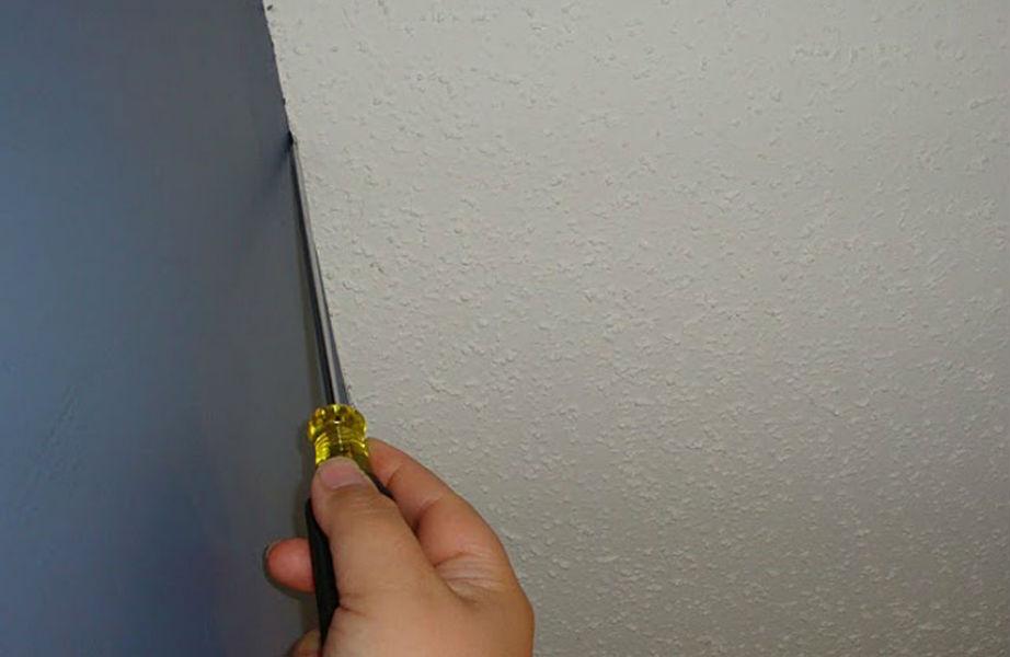 Ξύστε την έξτρα μπογιά με κατσαβίδι.