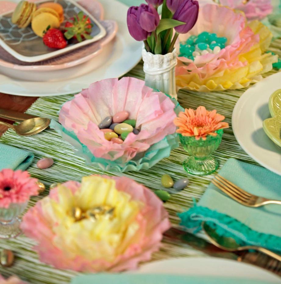 Μόλις ολοκληρώσετε την κατασκευή σας γεμίστε κάθε λουλούδι με σοκολατένια αυγουλάκια ή ζαχαρωτά.