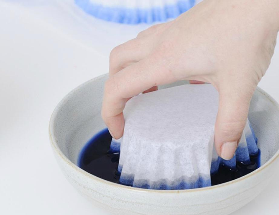 Βουτήξτε τα φίλτρα σε ένα μπολ ή σε μια βαθιά πιατέλα που θα περιέχει 1 φλ. ζεστό νερό και 10 σταγόνες χρώματος ζαχαροπλαστικής.