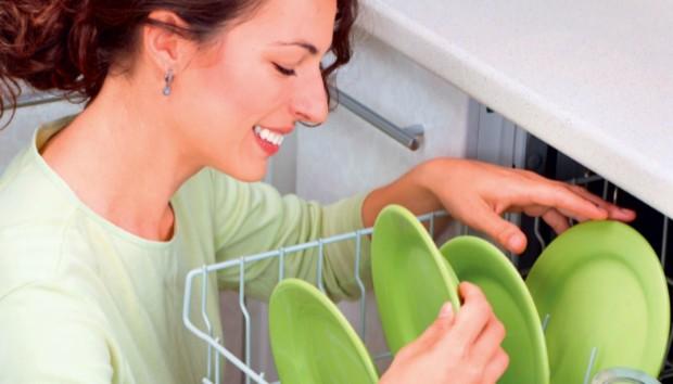 Να Γιατί δεν Πρέπει να Καθαρίζετε τα Πιάτα πριν τα Βάλετε στο Πλυντήριο!