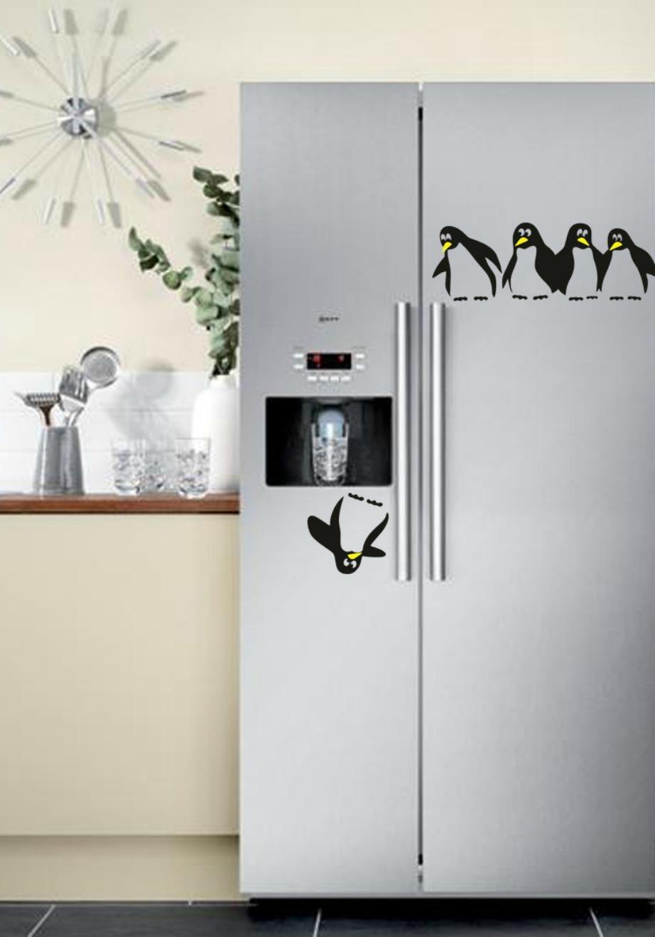Σε e-shops και σε καταστάηματα με είδη σπιτιού μπορείτε να βρείτε μια μεγάλη ποικιλία με αυτοκόλλητα ψυγείων.