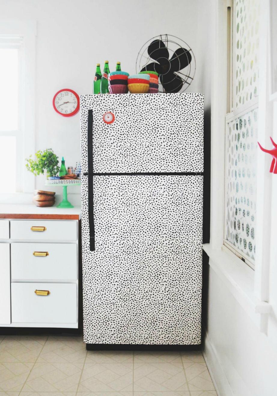 Βρείτε μια ταπετσαρία που σας αρέσει και κολλήστε την πάνω στο ψυγείο σας.