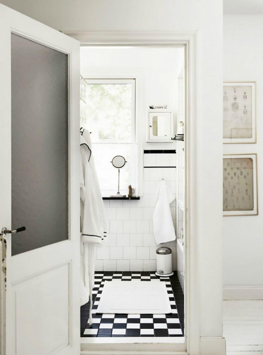 Η λςεπτομέρεια που κάνει τη διαφορά. Ακόμα και στο μπουρνούζι που υπάρχει στο μπάνιο της εικόνας, έχει συνδυαστεί λευκό χρώμα με μαύρο περίγραμμα.