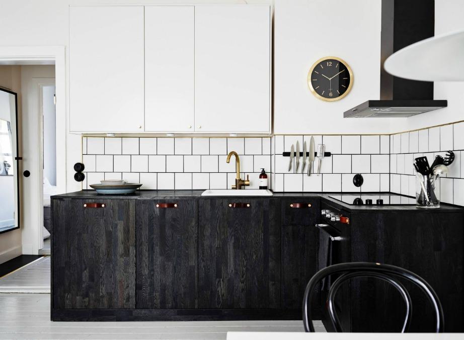 Μια από τις πιο εντυπωσιακές και σικάτες κουζίνες που είδαμε είναι αυτή της φωτογραφίας που συνδυάζει λευκά πλακάκια με μαύρο περίγραμμα και μαύρα ντουλάπια που μοιάζουν να είναι φτιαγμένα από δέρμα.