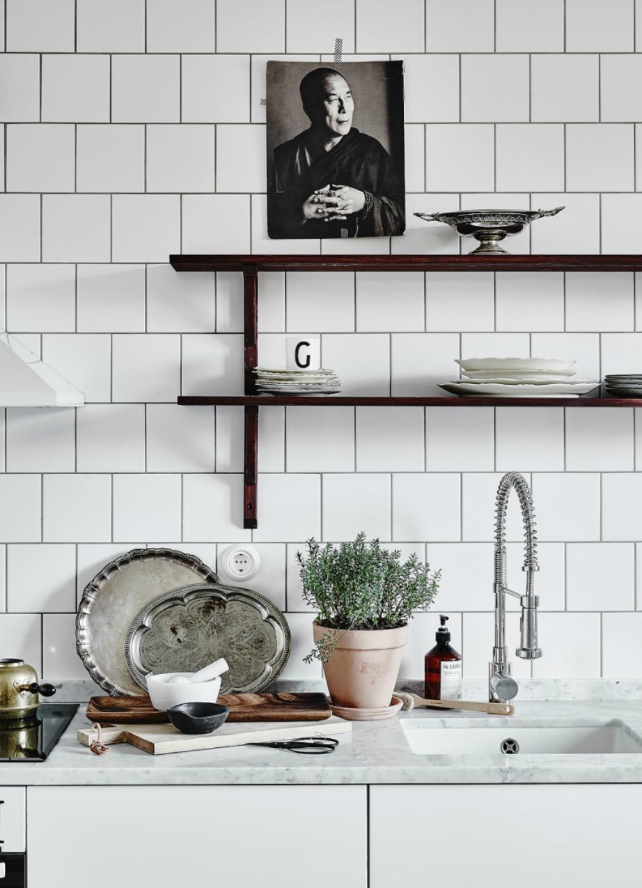Δείτε πόσο ωραία αντίθεση δημιουργείται ανάμεσα στα λευκά τετράγωνα πλακάκια και στα σκουρόχρωμα ράφια.