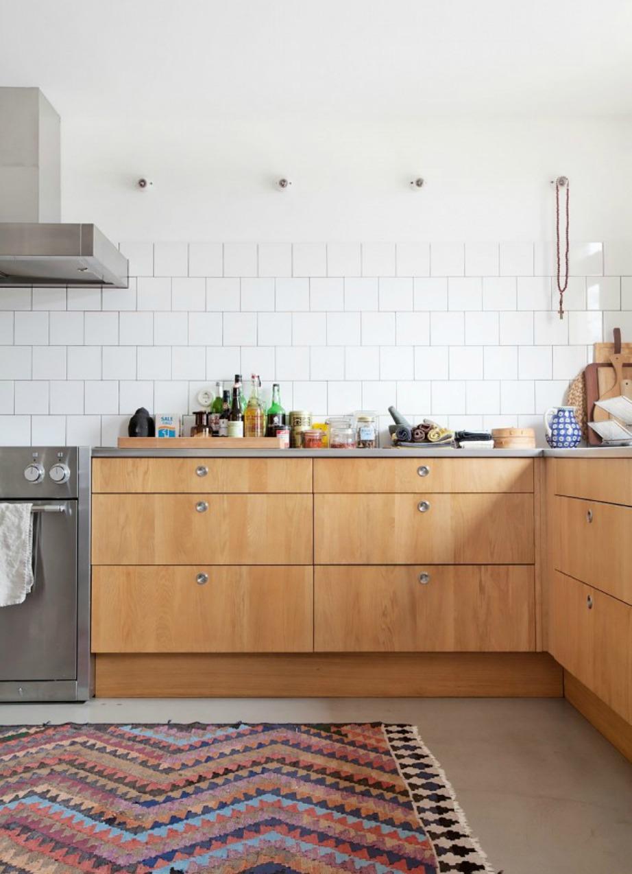 Σε αυτήν την κουζίνα έχουν χρησιμοποιηθεί πλακάκια μέχρι ένα συγκεκριμένο ύψος.