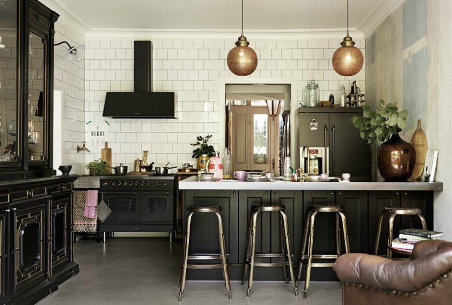 Η αντίθεση που δημιουργείται ανάμεσα στα λευκά πλακάκια και στις μαύρες οικιακές συσκευές είναι εντυπωσιακή.