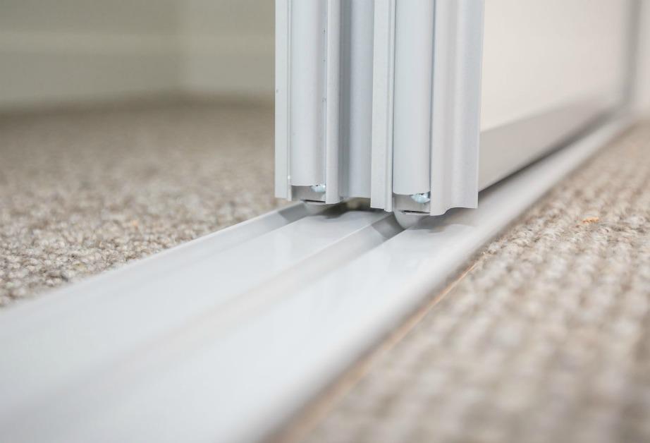 Καθαρίστε τις ράγες της μπαλκονόπορτας ή τις ράγες οποιαδήποτε συρόμενης πόρτας μέσα στο σπίτι με ξίδι.