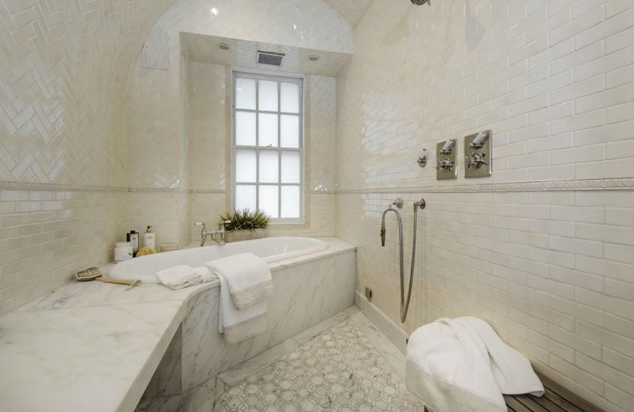 Το μπάνιο του μάστερ υπνοδωματίου.