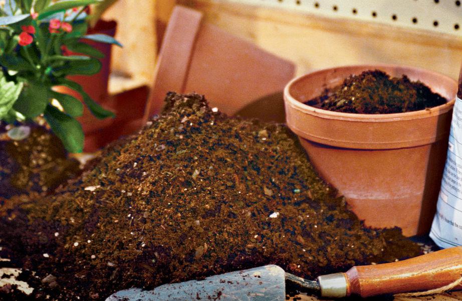 Μαζέψτε το χώμα παραδοσιακά.