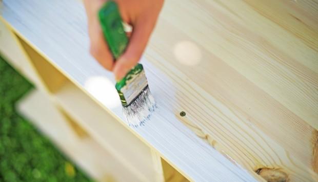 4 Είναι τα Βήματα που Πρέπει να Ακολουθήσετε για να Βάψετε ένα Έπιπλο!