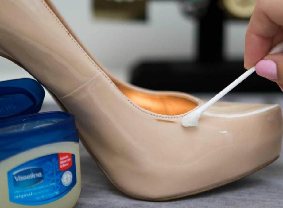 Γυαλίστε δερμάτινα παπούτσια με λίγη βαζελίνη.