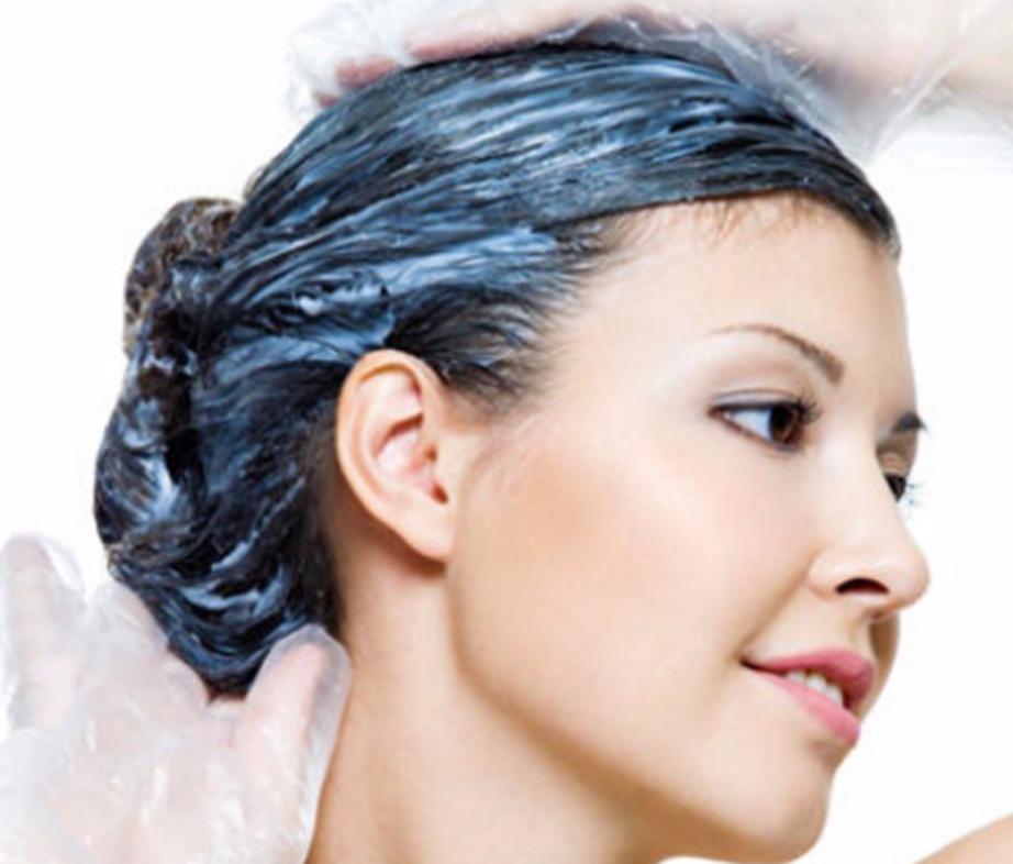 Χρησιμοποιήστε βαζελίνη για να προστατέψετε το δέρμα σας από τη βαφή μαλλιών
