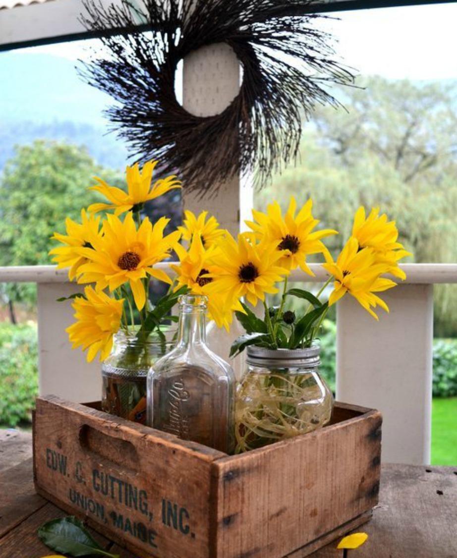 Με ένα μικρό ξύλινο κιβώτιο και μερικά βαζάκια μπορείτε να φτιάξετε το πιο όμορφο διακοσμητικό για το μπαλκόνι σας.