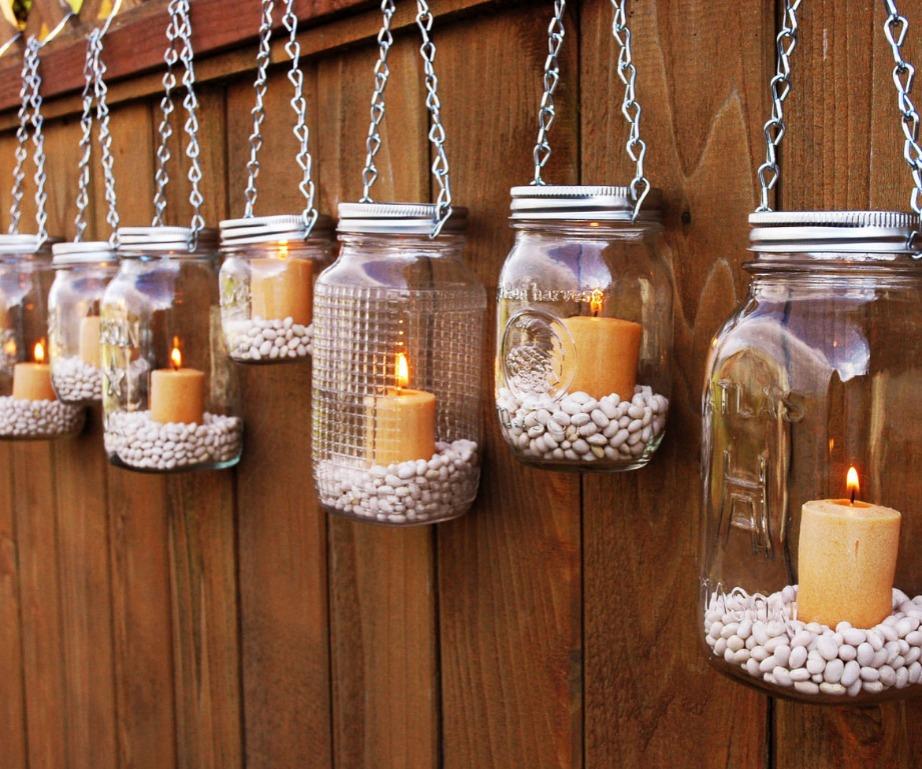 Βάλτσε βοτσαλάκια ή άμμο μέσα στα βαζάκια και προσθέστε κεριά σε ότι απόχρωση θέλετε.