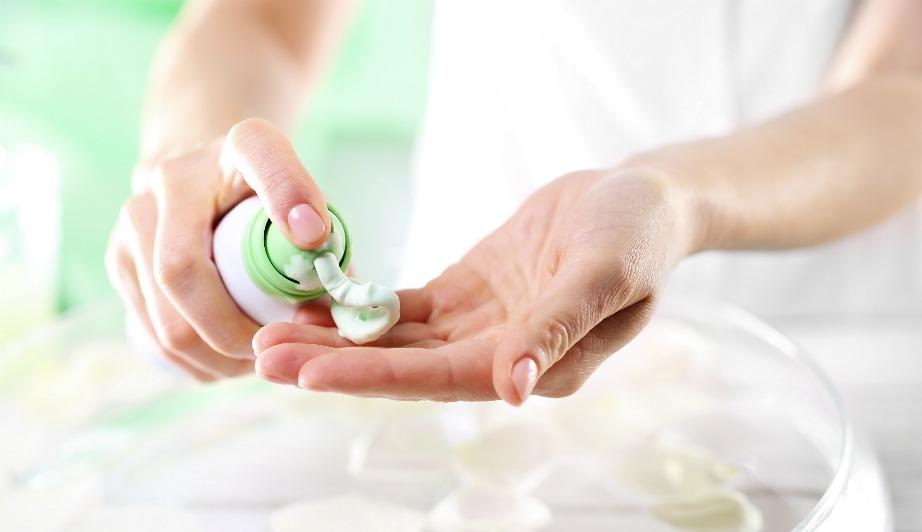 Διώξτε λεκέδες εύκολα με λίγη κρέμα ξυρίσματος.