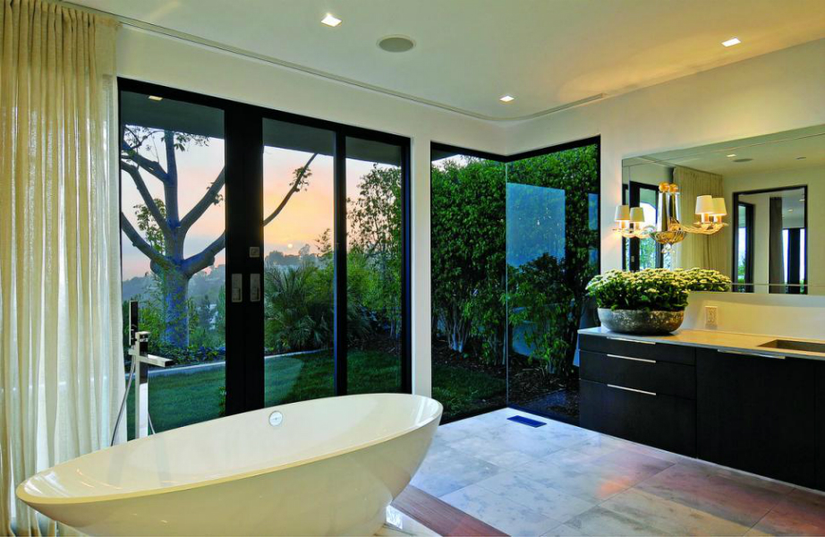 Λέτε η Jennifer να απολάμβανε συχνά αφρόλουτρα σε αυτή την μπανιέρα;