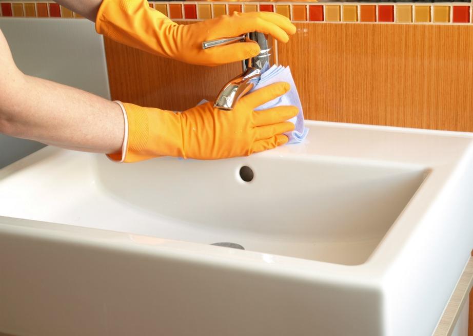 Καθαρίστε καλά όλες τις επιφάνειες με νερό και ξίδι.