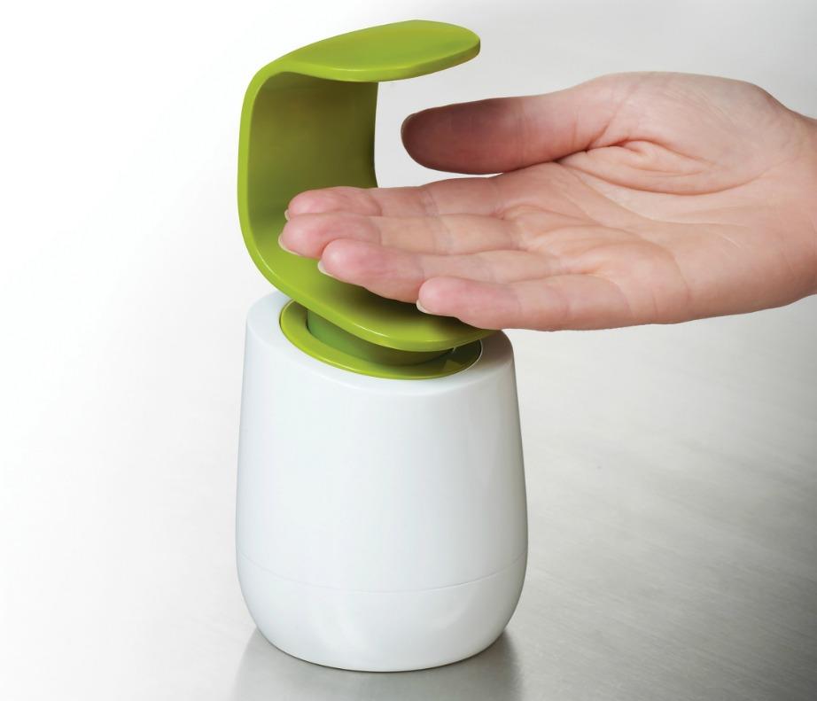Βάλτε σαπούνι στο χέρι σας με το πίσω μέρος της παλάμης σας.