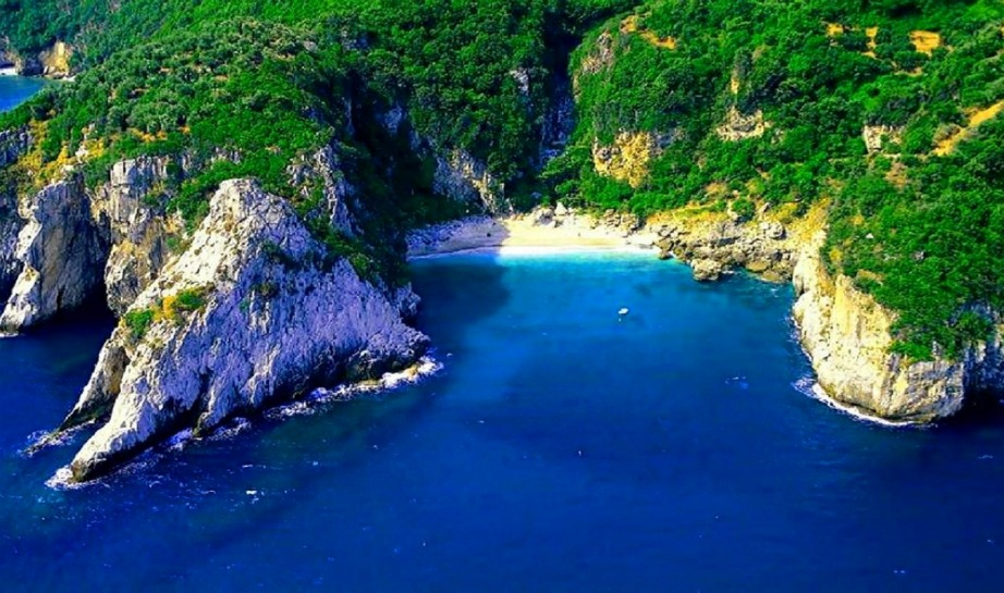 Η Φακίστρα είναι μια απομονωμένη παραλία που βρίσκεται στο πανέμορφο Πήλιο.