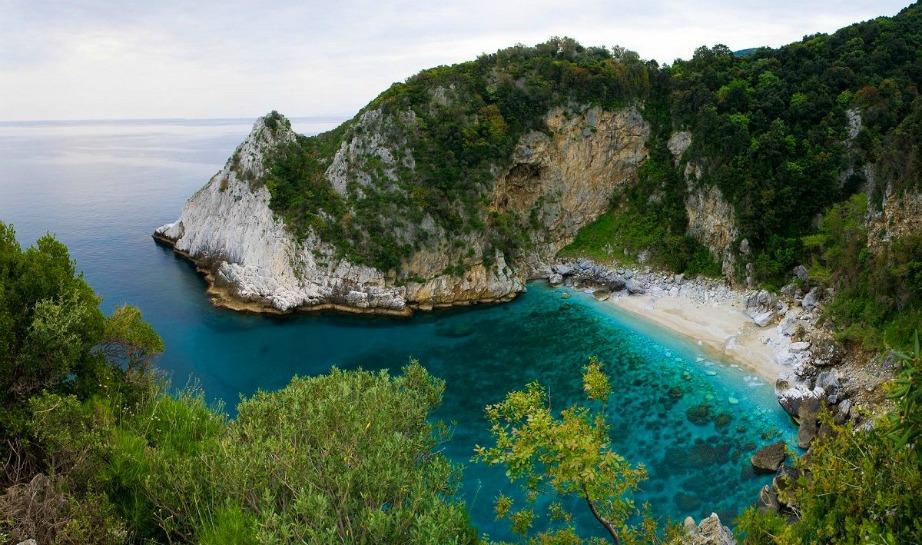 Στη Φακίστρα υπάρχουν δύο εντυπωσιακές θαλασσοσπηλιές.