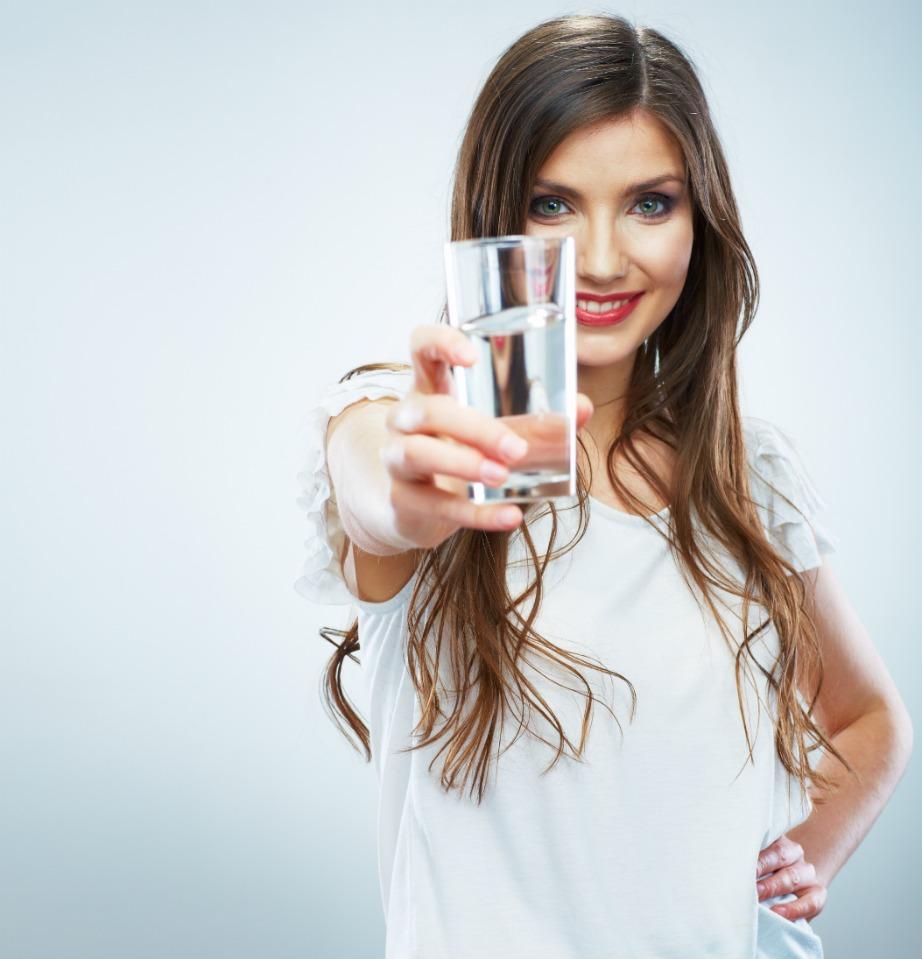 Το νερο κάνει πολύ καλό στον οργανισμό και βοηθάει στη μείωση του φουσκώματος.