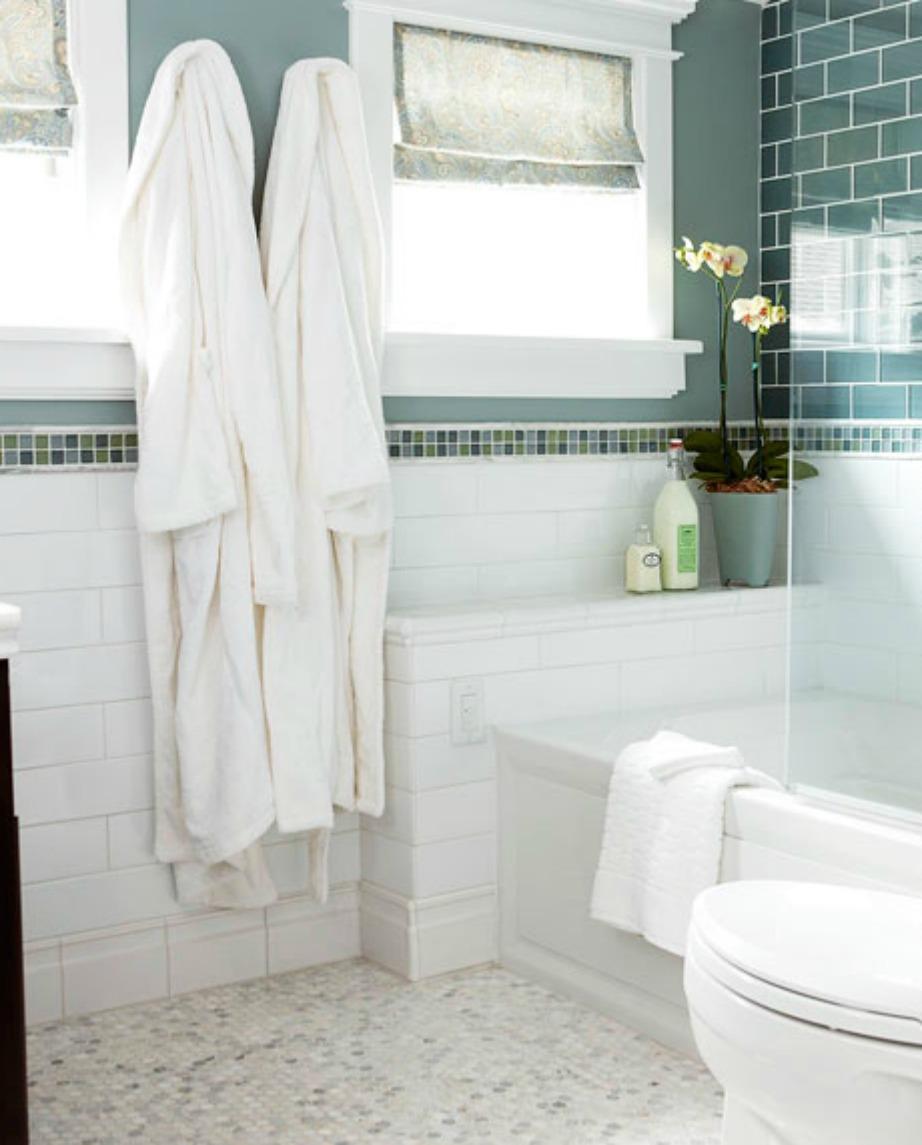 Βάζοντας ωραία πιαστράκια για τα μπουρνούζια ή τις πετσέτες κοντά στην μπανιέρα θα έχετε άμεση πρόσβαση σε αυτά.