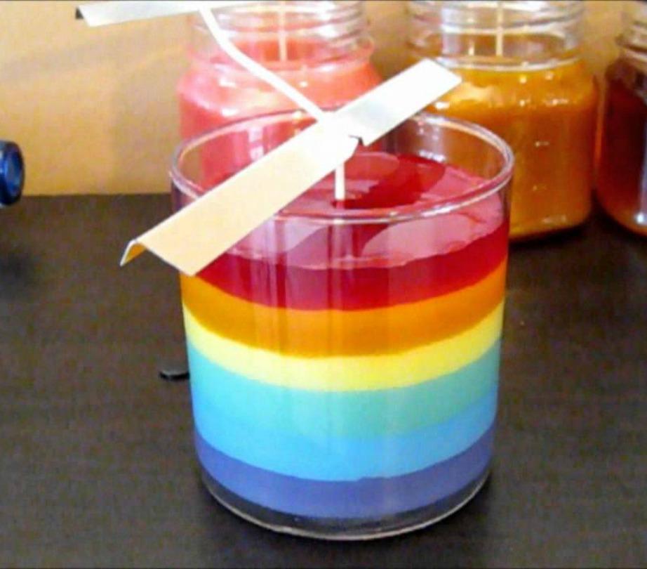 Αν θέλετε μπορείτε με τον ίδιο τρόπο που σας περιγράψαμε παραπάνω να φτιάξετε κερί με παραπάνω από 3 αποχρώσεις και χωρίς να γέρνετε το δοχείο κάθε φορά προς άλλη κατεύθυνση. Κάπως έτσι θα έμοιαζε ένα ουράνιο τόξο εγκλωβισμένο μέσα σε ένα δοχείο μέσα στο σπίτι σας!