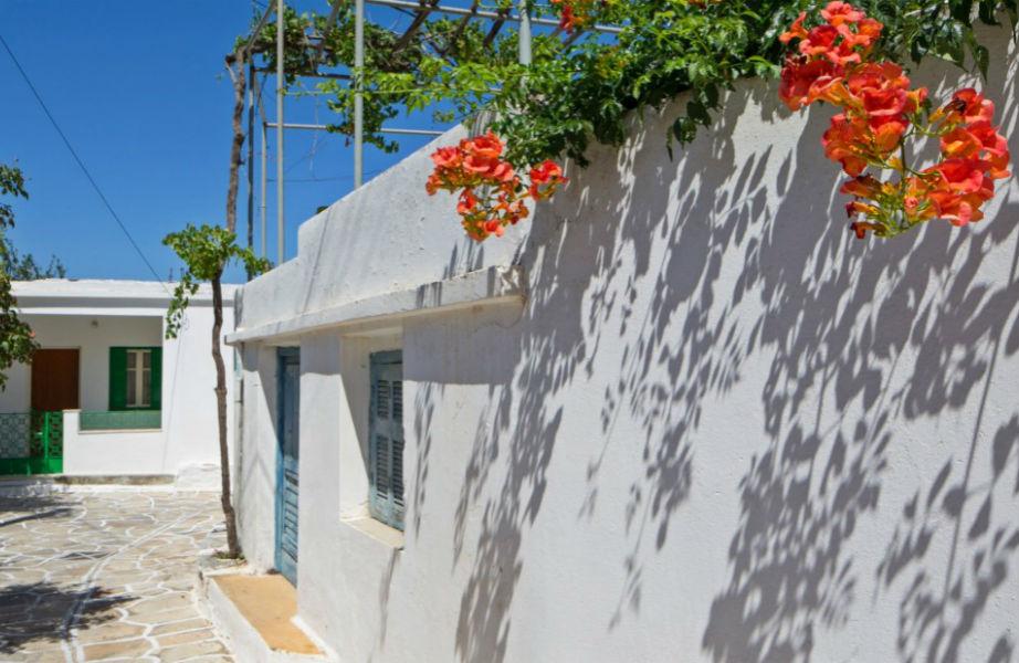 Οι γραφικοί οικισμοί της Νάξου κερδίζουν τις εντυπώσεις των τουριστών.