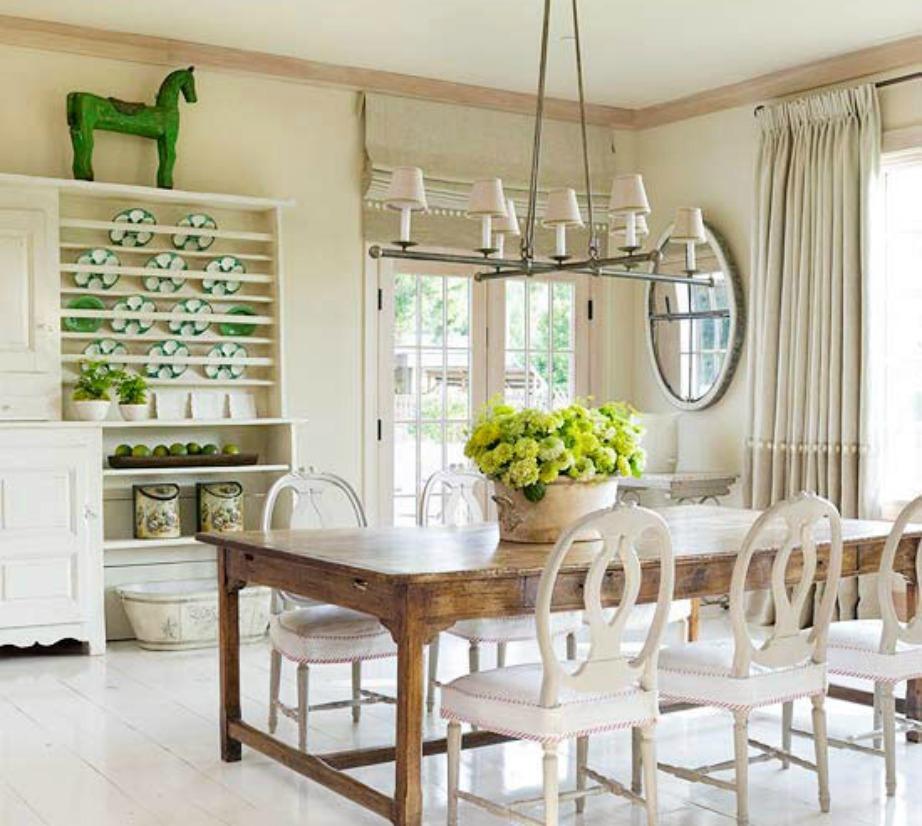 Ανοιχτόχρωμο ξύλο και συνδυασμός υλικών είναι δύο πράγματα που μπορείτε να αλλάξετε στο σπίτι σας αν σας αρέσει η γαλλική διακόσμηση.