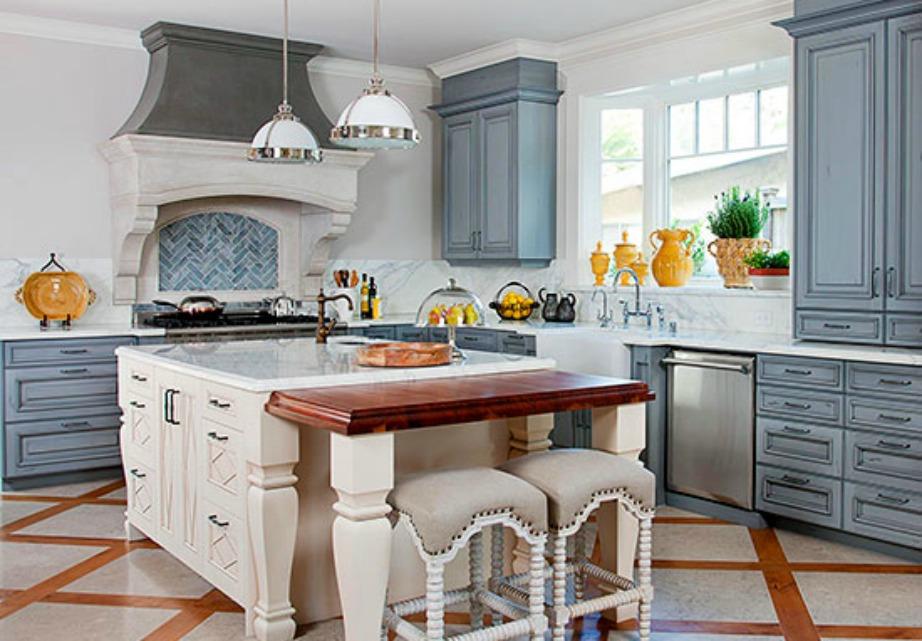 Οι κουζίνες στη Γαλλία έχουν μεγάλους πάγκους που πολλές φορές προεκτείνονται και καταλήγουν σε τραπέζια.