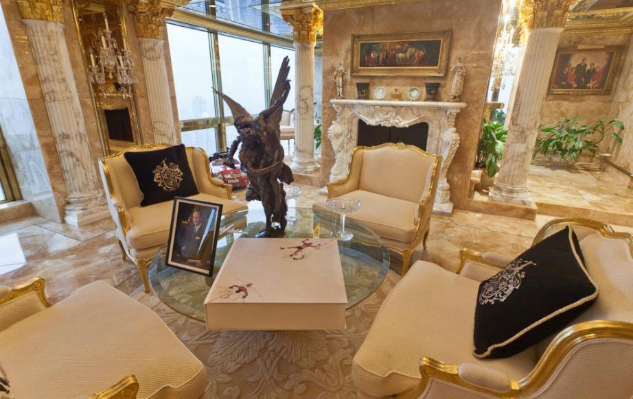 Σε όλο το σπίτι υπάρχουν βαριά πολυτελή έπιπλα διακοσμημένα με αληθινό χρυσό.