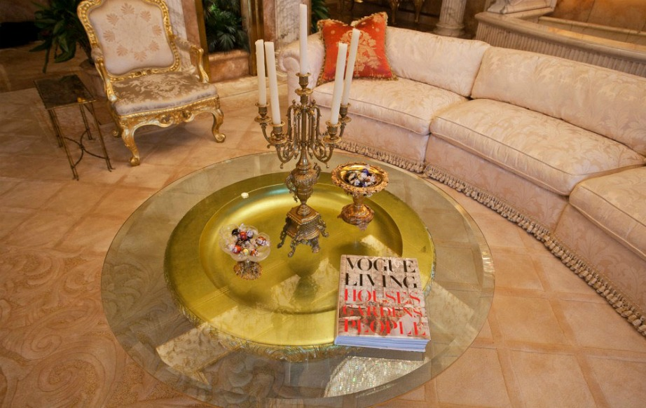 Βιβλία μόδας υπάρχουν σε πολλά σημεία του σπιτιού.