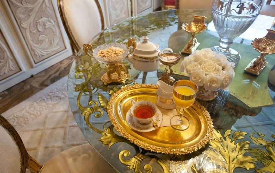 Οι χρυσές λεπτομέρειες υπάρχουν σε κάθε έπιπλο και διακοσμητικό.